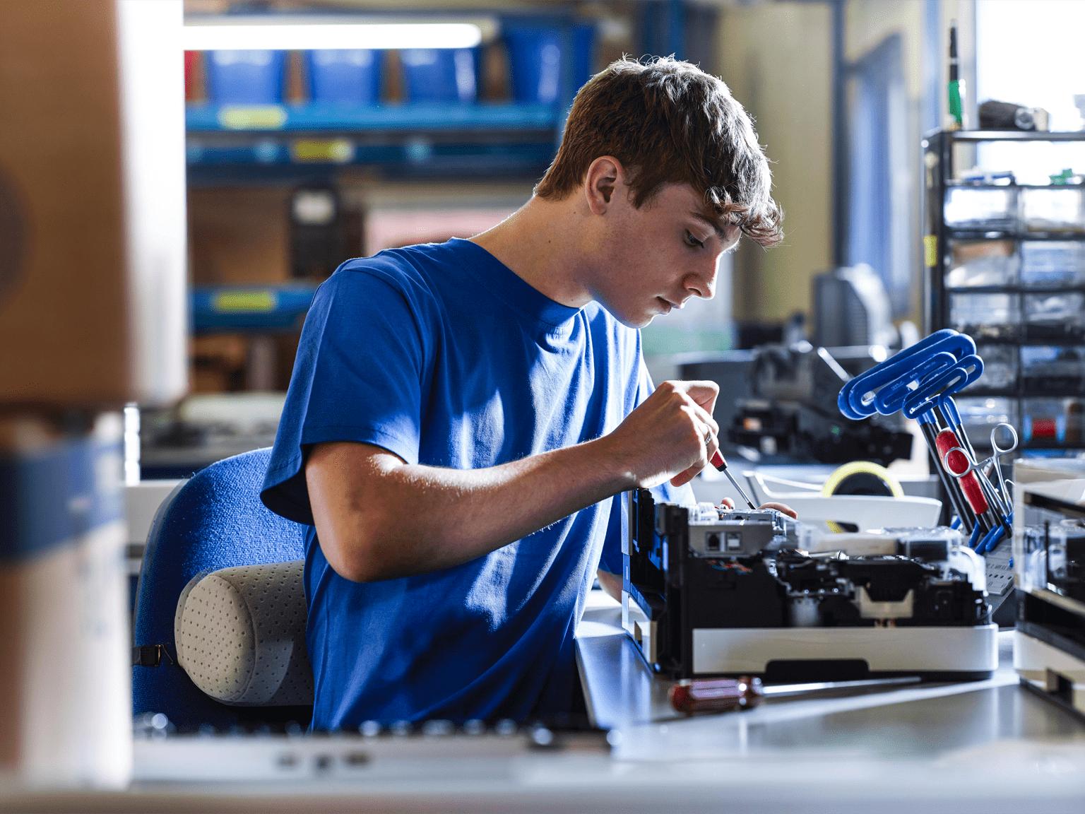 Operaio fabbrica Brother al lavoro su stampante multifunzione